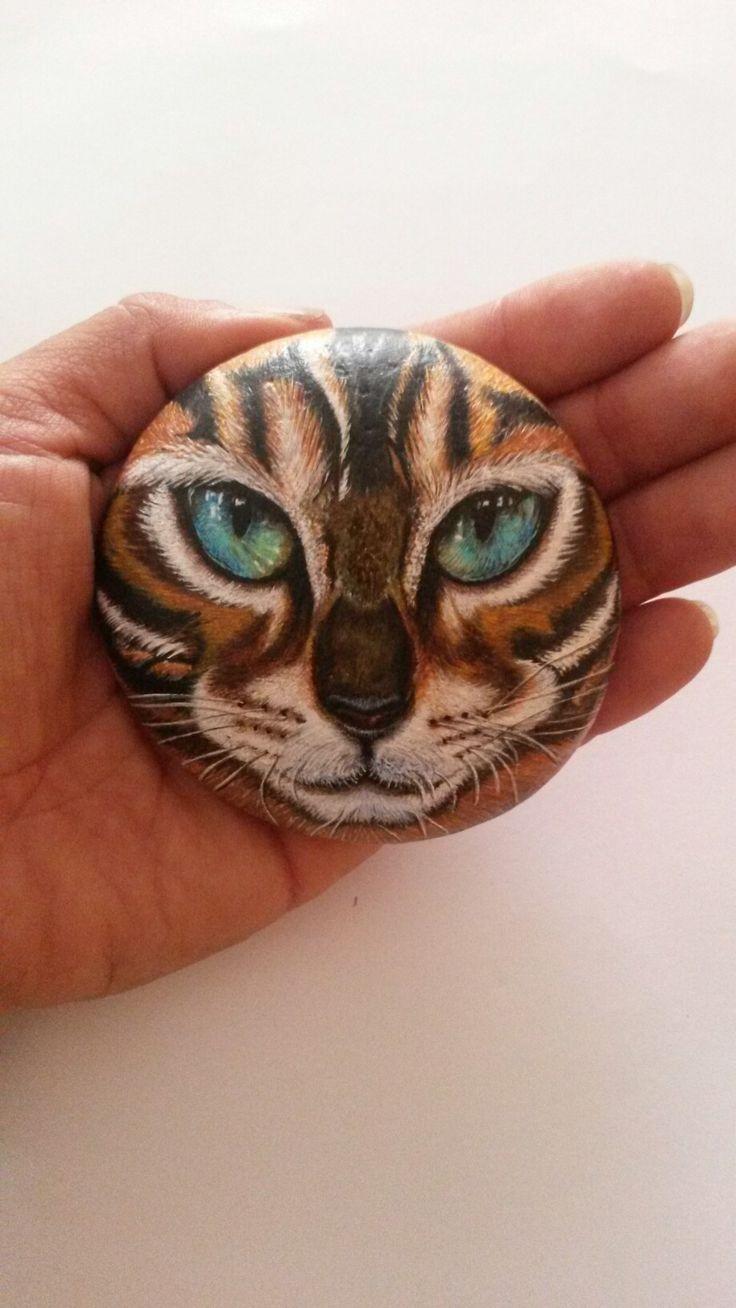 Gato bengala pintura a mano en piedra