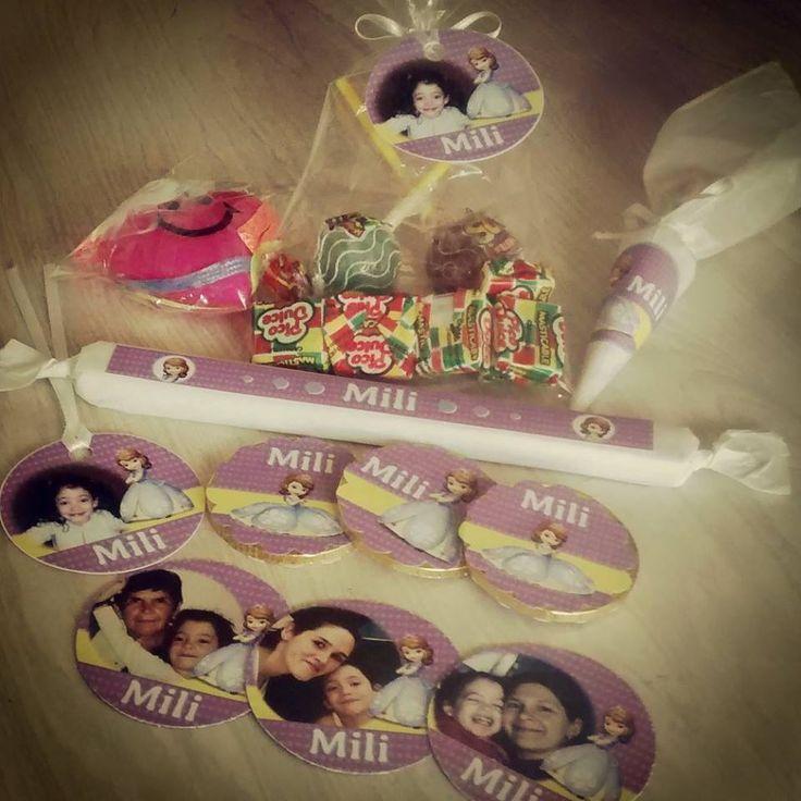 Mili en esta Navidad recibió su regalo personalizado con sus fotos y Princesa Sofia... Golosinas e imanes personalizados!!