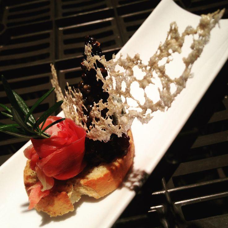 Sagú Catering: Bocadillo.  Tapa de Proscoutto con blue cheese, mermelada de blue berry aromatizada con eneldo y crocante de tinta de calamar.   Cocinando experiencias.  Qro & Gto.   Organización y creación de eventos