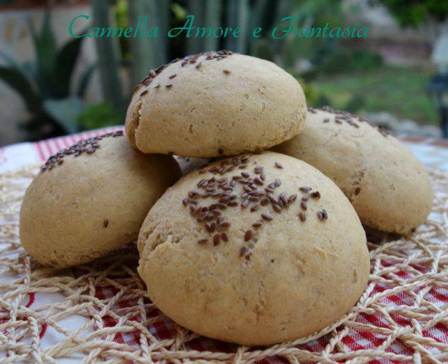 I panini di kamut integrale con semi di lino sono dei panini morbidi e leggeri. Perfetti per chi segue una dieta sana o per chi è intollerrante al grano.