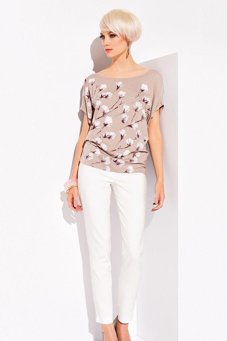 БЛУЗКА REBEKA Очаровательная женская блузка Rebeka. Модель выполнена в свободном фасоне и короткими рукавами. Женская блузка представлена в необычайно нежной и женственной цветочной расцветке. Ваш внешний вид будет безупречным!