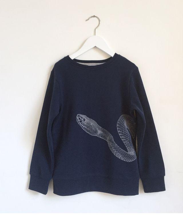 Hos ByEngberg finner du denna Snake sweater från One We Like. Färg: Navy med vitt tryck i form av en snake. Kvalitet: Mjuk ekologisk bomull. Material: 100% ekologisk bomull. Storlek: Normal. Tvätt: 40 grader.