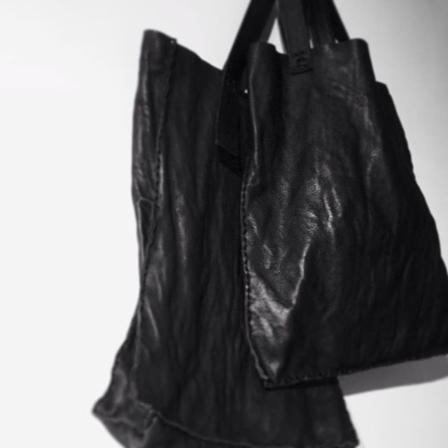 new items in washed oiled cow leather | dasMädchen #bolsas #bags #rio #riodejaneiro #leather #artisanal #artesanal #minimalista #minimalism #black #allblackeverything #textures #raw #handcrafted #courodasmadchen