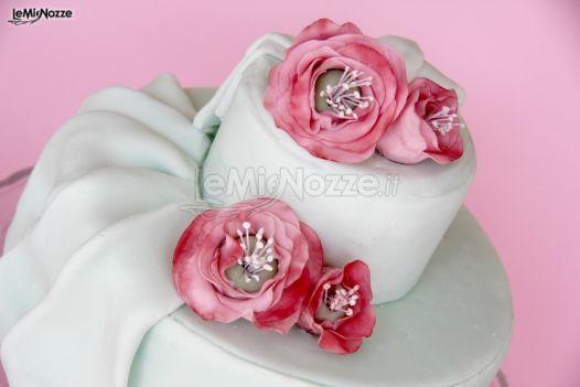 http://www.lemienozze.it/gallerie/torte-nuziali-foto/img32722.html Torta nuziale con applicazioni di fiori rosa