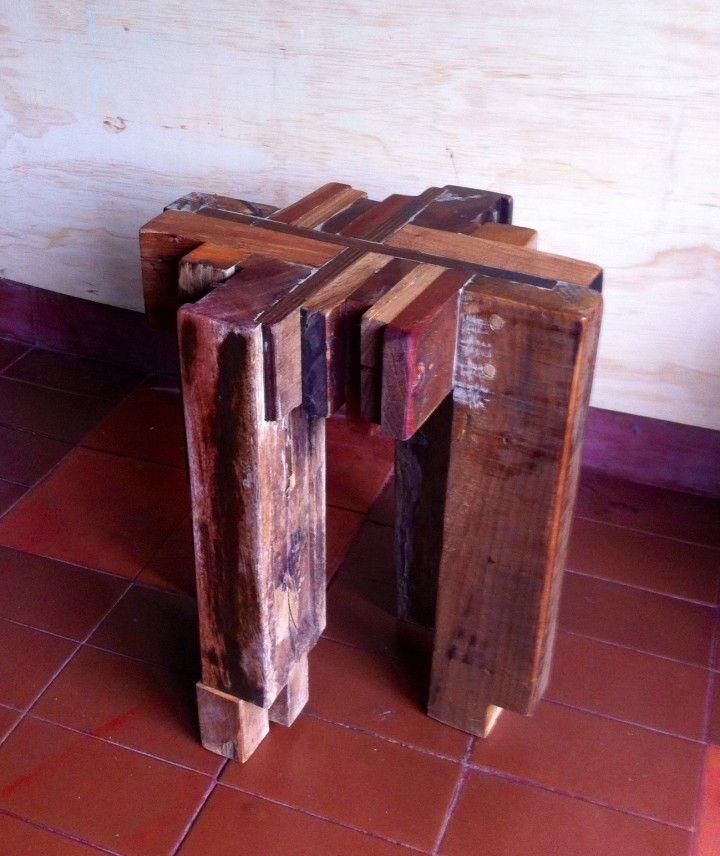 Retazo de ventana de cedro junto con  otros retazos de diferentes maderas.