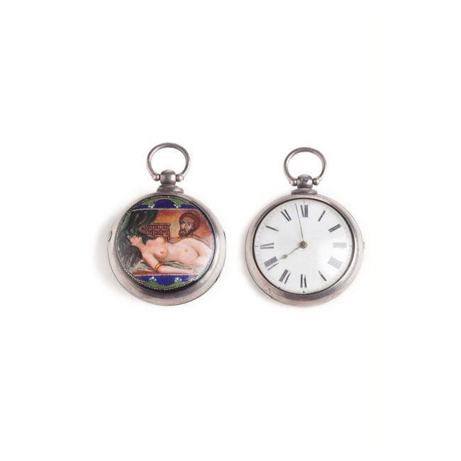 RELOJ DE BOLSILLO EN PLATA Reloj de bolsillo de caballero en plata con funda de plata y escena erótica en esmalte en su parte trasera. Números romanos.Medidas: 6 cms diámetro.