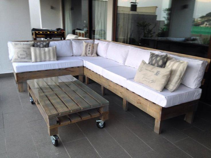 Natúr raklap bútor verandára üveglapos dohányzóasztal fehér párnázott raklap