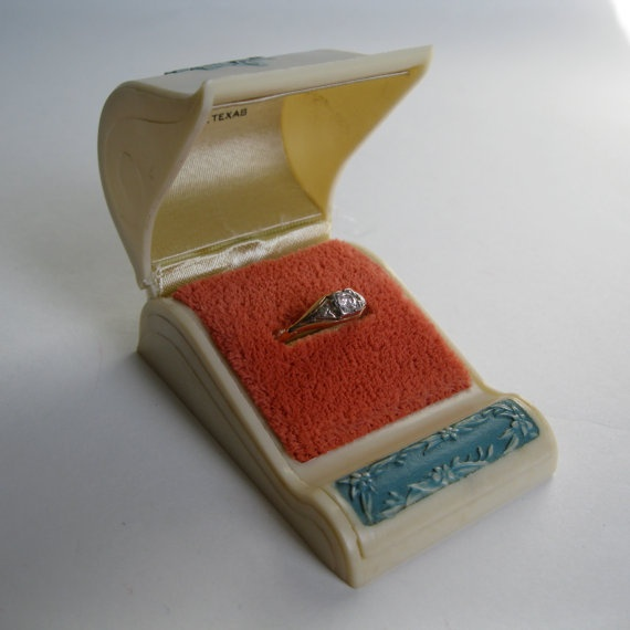 Pop the question with this 1940s ring box vintage ring box