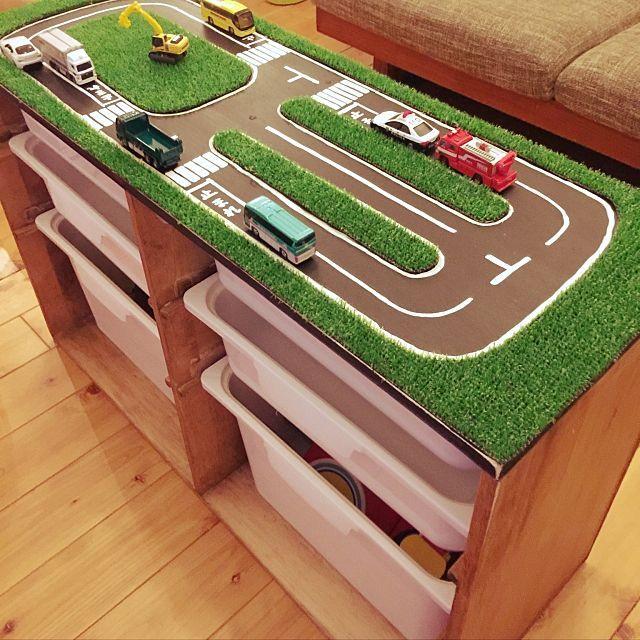 3LDKの子供部屋/おもちゃ収納/男の子の部屋/隙間収納/プラレール収納/トミカ…などについてのインテリア実例を紹介。「子供のおもちゃの収納に困っておもちゃ収納棚を作りました。 上のスペースは子供の好きなトミカ用の道路を作ってみました。黒板塗料の上に人工芝を切って貼ってみた。喜ぶかなぁ♪(๑ᴖ◡ᴖ๑)♪ 」(この写真は 2017-01-15 22:51:58 に共有されました)