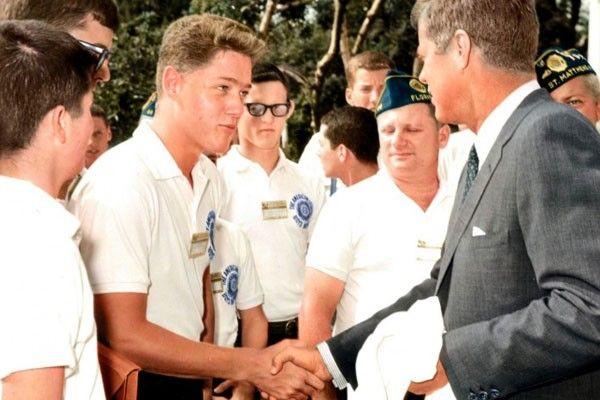 un saludo de presidente a presidente sin siquiera saberlo. Bill Clinton, de adolescente,  le da la mano a John F. Kennedy.
