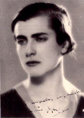 """Margarita Gil Roësset (Madrid, 1908 - 1932), escultora, ilustradora, poeta española. Trabajó el granito y la piedra. En ilustración, compaginó Modernismo y Simbolismo, y otras veces siguió el dibujo lineal del diseño sintético propio de entreguerras. Se enamoró de Juan Ramón Jiménez, amor imposible, él estaba casado y  ella era muy religiosa, entonces se suicidó. El escritor impresionado, le dedicó varios poemas, y le consagró una de las semblanzas contenidas en sus """"Españoles de tres…"""