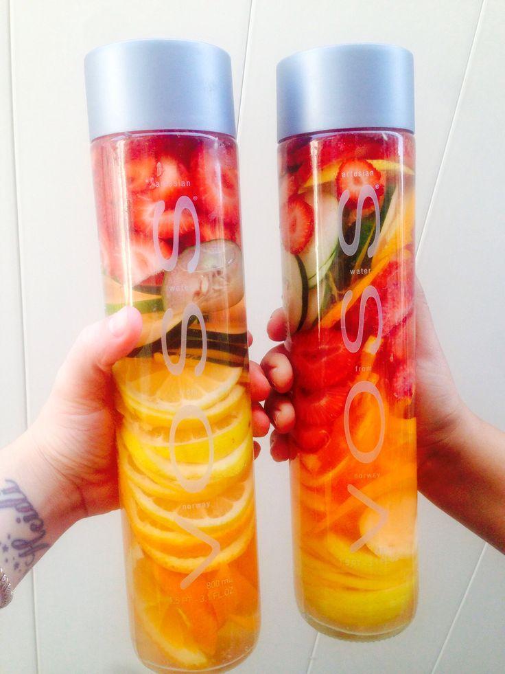 Voss water met sinaasappel, aardbei en appel.