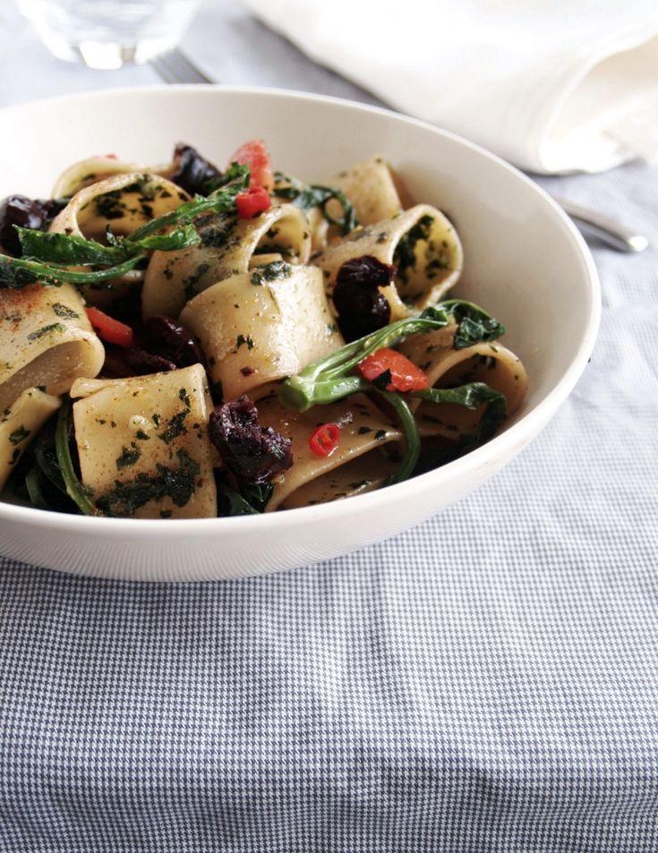 Calamarata con pesto di cavolo nero e olive