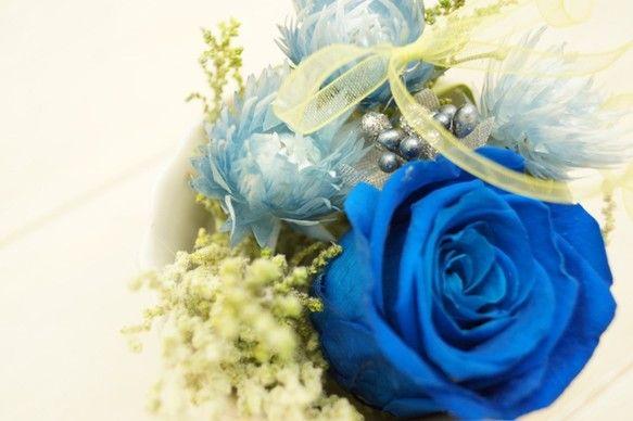 ベトナムブルーの澄んだ濃青のバラと涼しげなシルバーデイジーで飾りました。涼しげな表情の小さめのアレンジ・・・カフェボウルに飾ったデザートみたいです♪サイズ:約...|ハンドメイド、手作り、手仕事品の通販・販売・購入ならCreema。