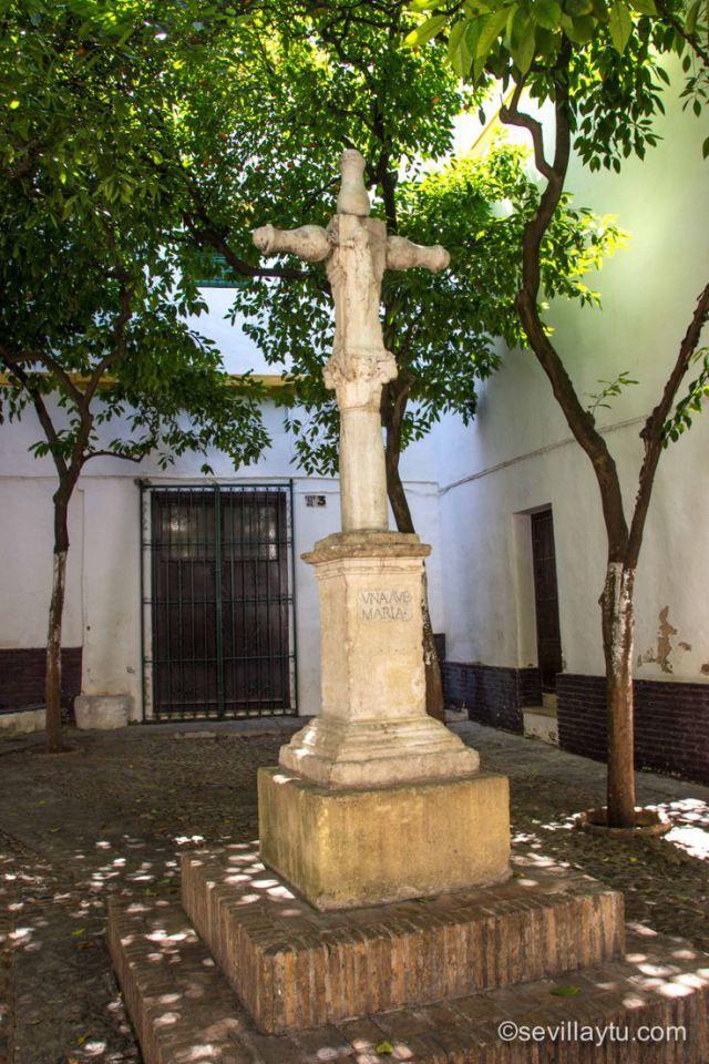 Crucero de San Lázaro (1564) in Plaza de Santa Marta, Barrio de Santa Cruz (old Jewish quarter) Sevilla, Spain. #Sevilla #Seville #sevillaytu @sevillaytu
