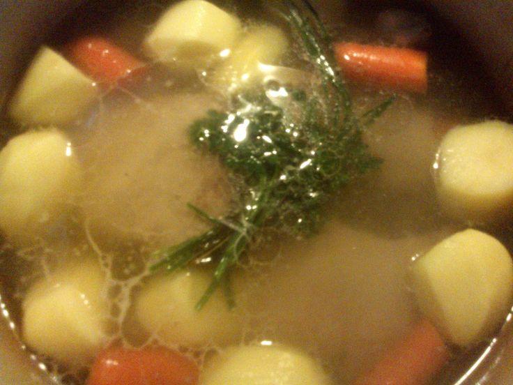 Jednogarnkowe danie z żeberek wieprzowych, ziemniaków i marchewki