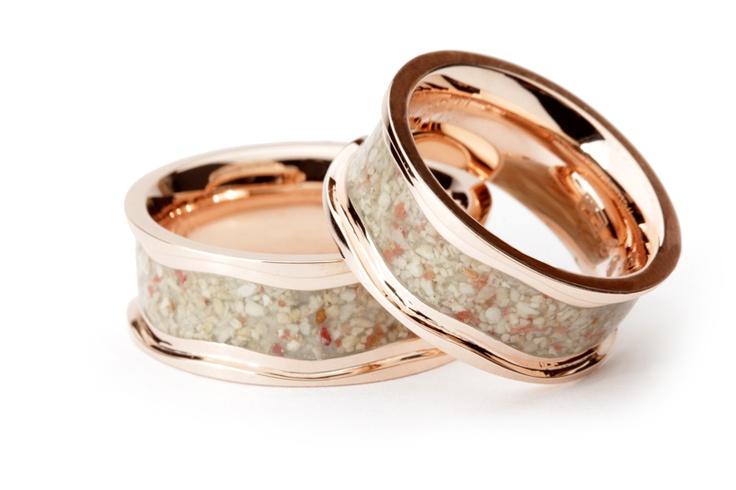 Ook op het gebied van trouweringen kunnen we spreken van trends. Helemaal hip gaat het worden om zand van je trouwlocatie in je ring te laten verwerken en wat dacht je van stoere zwarte diamanten voor de mannen?