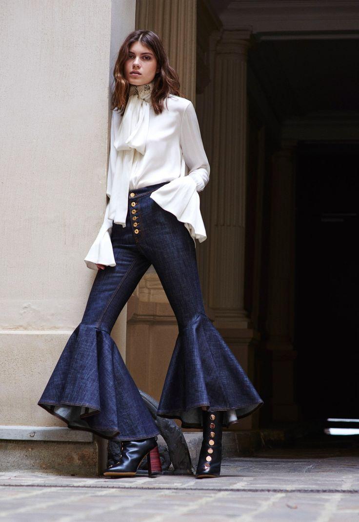 Opulencia en volantesPorque no atreverse a tope con volante tanto en el pantalón jeens cuyo bajo volanteado y acabado en cola unido a una blusa blanca con estupendos puños......Nos dan un Look de lo más innovador y Fashion/Chic