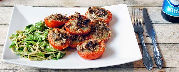 gevulde tomaten met mozzarella, ui, kruiden en een broodkorst, met pasta pesto