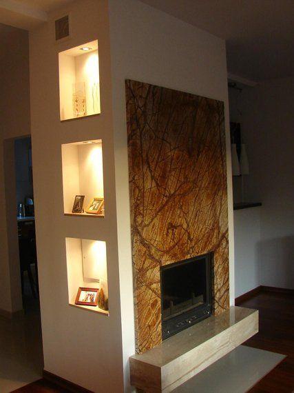 kominek w salonie w nowoczesnym stylu, prosty i elegandzki
