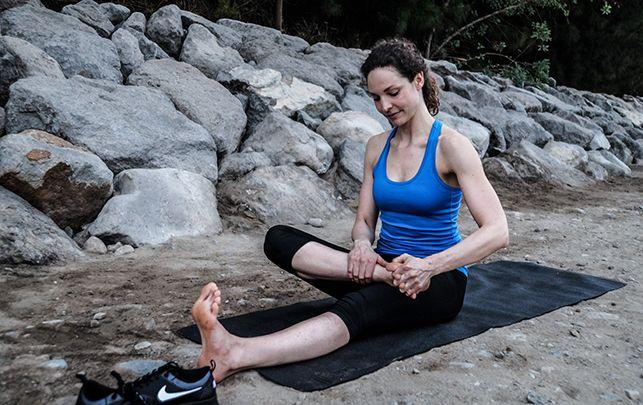 Yogaøvelser kan gøre underværker for dit løb. Yogainstruktør Susanne Lidang giver dig sine bedste øvelser, der kan gøre dig både hurtigere, smidigere og fri for skader. De tager kun 15 minutter og er optimale som udstrækning efter en løbetur.