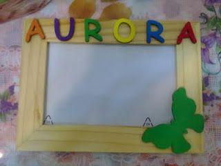 cornice in legno personalizzata con lettere in legno colorato con le tempere. Come decorazione una farfalla