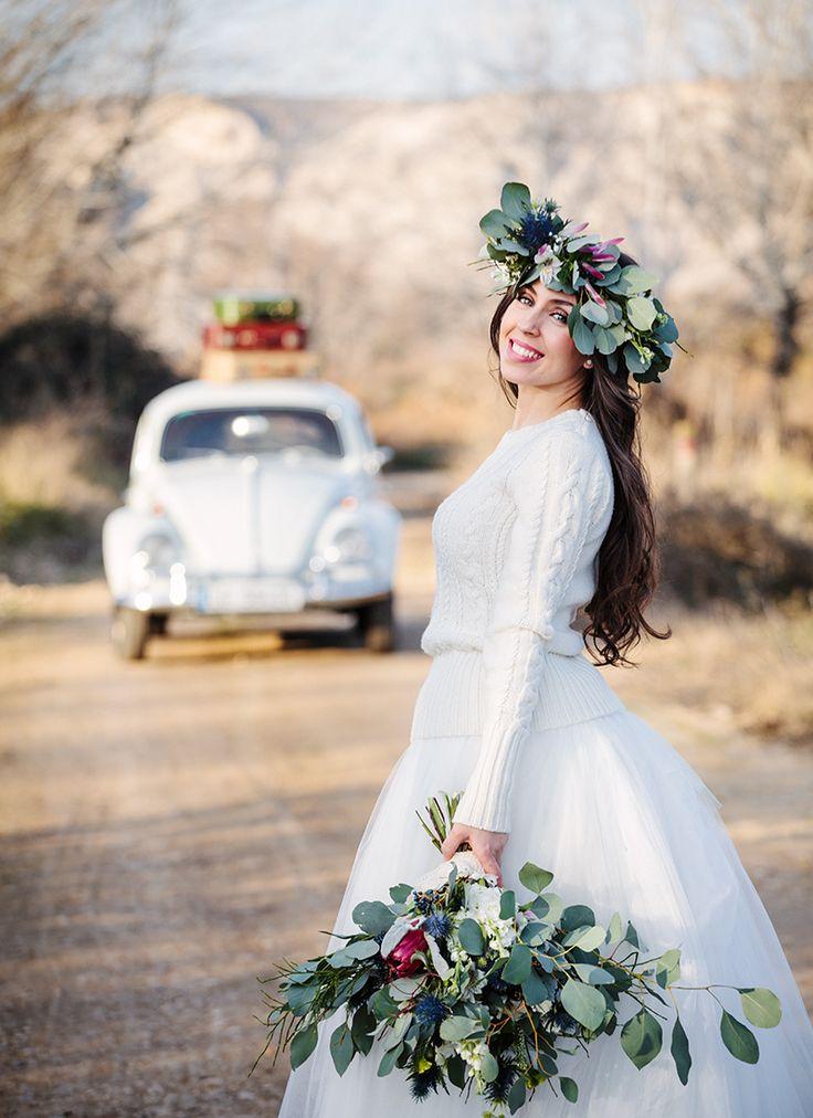 Total look de novia de invierno vintage: anillo de compromiso con diamantes Argyor, flores naturales y coches antiguos para boda.