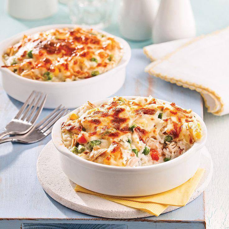 Cassolette de légumes, riz et thon. Ingrédients : sauce alfredo 500 ml (2 tasses) - mélange de légumes surgelés de type macédoine 250 ml (1 tasse) - thon 2 boîtes de 170 g chacune, égouttées - riz basmati 500 ml (2 tasses) cuit ou 250 ml (1 tasse) de riz non cuit - cheddar 375 ml (1 1/2 tasse), râpé