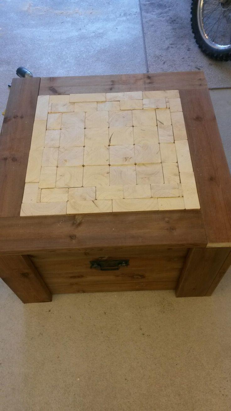 Sohva ryhmään pöytä. Keskusta koottu pienistä puupaloista.