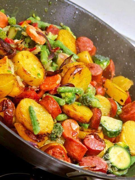 Sausage and sauteed vegetables - Facile e gustosa, la Padellata di wurstel e verdure è un vero e proprio jolly della cucina veloce e sfiziosa. Ideale per una cena allegra! #wursteleverdure