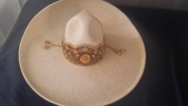 Sombrero Charro de Lana. Color durazno con toquilla de gala .. Hecho en Jalisco, Mexico. En diferentes Medidas.  Charro Hat made of Wool. Peach color design w