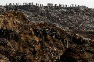 """Image copyright                  Reuters                  Image caption                     El basurero o """"relleno sanitario"""" de unas 50 hectáreas se sitúa en un barranco contiguo a la capital guatemalteca desde 1953.   Las lluvias torrenciales del miércoles trajeron la tragedia a Guatemala: un deslave en el mayor basurero del país se cobró la vida de al menos cuatro personas. Otras 15 fueron rescatas por los cuerpos de socorro y atendidas"""