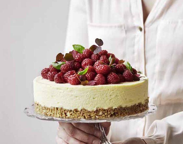 Opskrift på cheesecake med peach melba smag – fersken og hindbær. Cheesecaken pyntes med basilikum og skovsyre. Frisk og sommer-agtig cheesecake