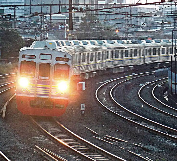 Kala senja tiba pulang adalah tujuan.  #keretaapikita #trains_worldwide #railways_of_our_world #trains_r_the_best #vscocam #iphonesia #rsa_theyard #daily_crossing #trb_express by ibrahiakbar