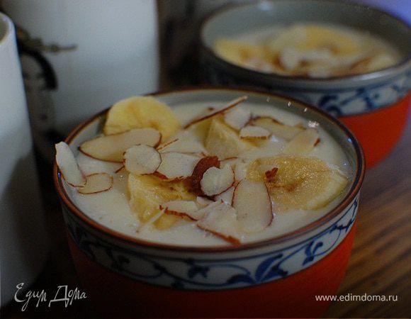 Йогуртовый десерт с бананами и миндалем. Ингредиенты: бананы, йогурт жирный, молоко сгущенное