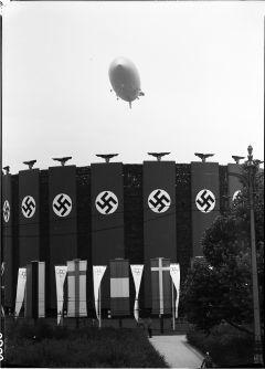Berlin Olympiade 1936 Luftschiff Hindenburg ueber Adolf Hitler Platz