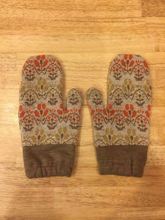 花柄のジャガードニットと、薄茶色のマルチスラブ裏起毛ニットでお作りしたミトン手袋です。2枚重ねになっており温かい手袋です。女性用Mサイズです。花柄 綿49%...|ハンドメイド、手作り、手仕事品の通販・販売・購入ならCreema。