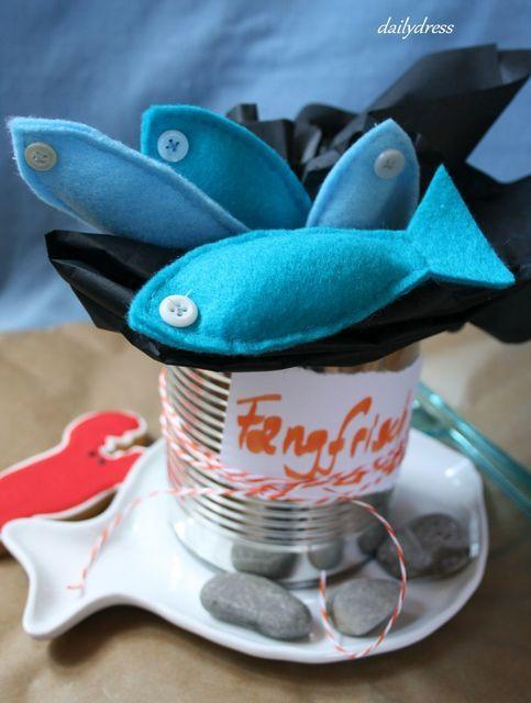 Ideen für die Spielküche aus Filz - diesmal gibt es fangfrischen Fisch in zweierlei Farben. Selbstgenäht und leicht nachzuarbeiten. http://dailydress.de/002793_neulich-aufm-fischmarkt/#more-2793 Felt seafood for the playkitchen