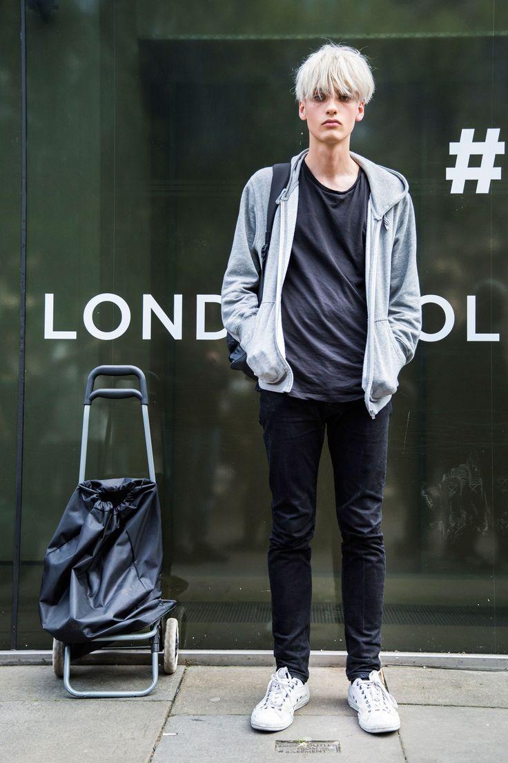 2016-06-18のファッションスナップ。着用アイテム・キーワードはスニーカー, デニム, パーカー, 黒パンツ, 黒Tシャツ, Tシャツ,etc. 理想の着こなし・コーディネートがきっとここに。| No:148842