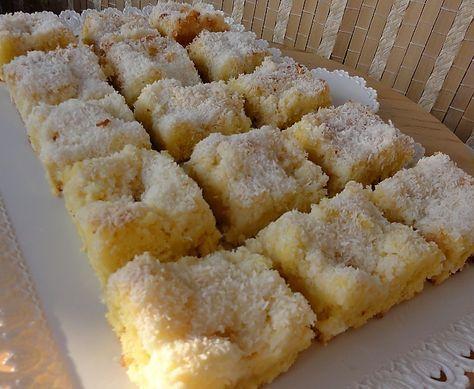 Vejce, krupicový cukr, olej, mléko, mouku, vanilkový cukr a prášek do pečiva smícháme, nalijeme na plech. Pak smícháme kokos s moučkovým cukrem a nasypeme na těsto. Pečeme asi 30 minut. Na horký koláč nalijeme 2 šlehačky.