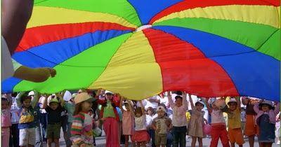 El paracaídas es un estupendo juego para el desarrollo motor que permite un montón de juegos en grupo. Suele tener empuñaduras para manej...