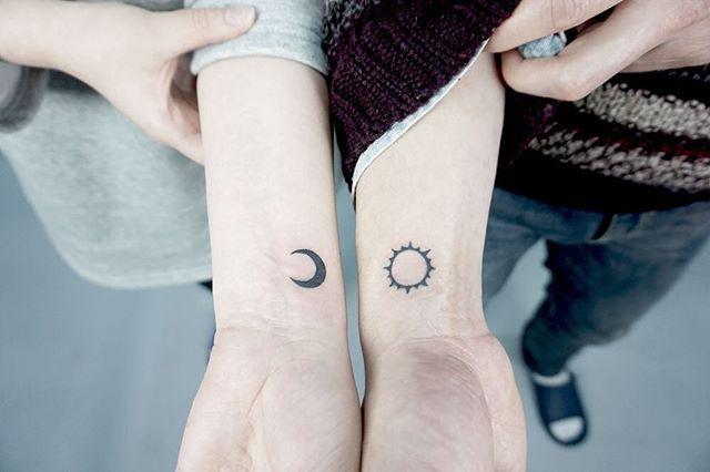 해와 달로 작업된 커플타투입니다*^^*  요즘은 커플타투도 똑같은 디자인이 아닌 의미있는 디자인으로 많이들 작업받고 가시는것같아용 ______________[YnK company] ____________ #tattoo#tat#minitattoo#coupletattoo #goodtattoo#besttattoo#linetattoo#타투 #부산타투#서면타투#부산#경성대타투 #서면#와이앤케이타투#미니타투#손목타투 #goodrattoo#besttattoo#팔로우#맞팔#소통#달타투#레터링#해타투#커플타투