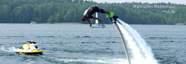 Ronny Welsch aus Werneuchen schwebt auf dem Flyboard überm Werbellinsee. Das Flyboard ist mit einem Schlauch mit einem Jetski verbunden. Vom Jetski wird Wasser zum Flyboard gepumpt . Durch den Austrittsdruck des Wassers kann die Person bis zu zehn Meter hoch über dem Wasser schweben. Das Flyboard wurde 2011 vom Franzosen Franky Zapata erfunden und patentiert. Um es zu benutzen, benötigt man einen Bootsführerschein. Foto: MOZ/Thomas Burckhardt