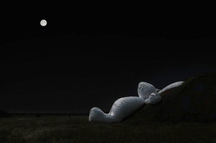Florentijn Hofman (NL) // Гигантский белый кролик был изготовлен в рамках ежегодного фестиваля искусств в Тайване (2014). Он построен из дерева, пенопласта и бумаги. Художник вдохновлялся китайской мифологией, в которой есть упоминание о так называемом лунном кролике: «Лунный кролик лежит и думает о жизни, мечтая сделать невозможное возможным и воплотить задуманное в реальность».  Источник: http://www.adme.ru/tvorchestvo-dizajn/10-luchshih-art-proektov-2014-goda-823610/#image11659810 ©…