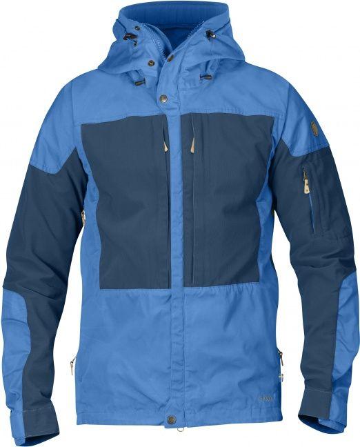 Outdoor-Jacke mit guten Belüftungsmöglichkeiten für lange Bergtouren in abwechslungsreichem Gelände, wo Bewegungsfreiheit mindestens ebenso wichtig ist wie Strapazierfähigkeit und Schutz vor spitzen Steinen und Ähnlichem. Kapuze, Schulterbereich, Front un