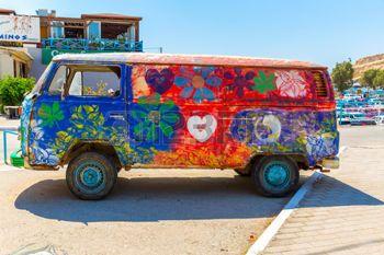 fleur hippie: Hippie-Bus du Festival Hippie à Matala, Grèce. Le dernier bus de la fête est encore à la plage à Matala Éditoriale