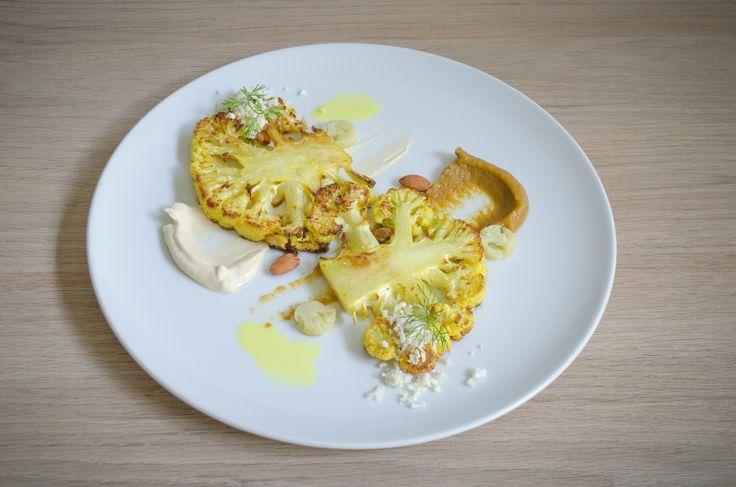 coliflor rostizada, arroz de coliflor, puré de coliflor, puré de uvas pasas, aceite de curry, alemendras