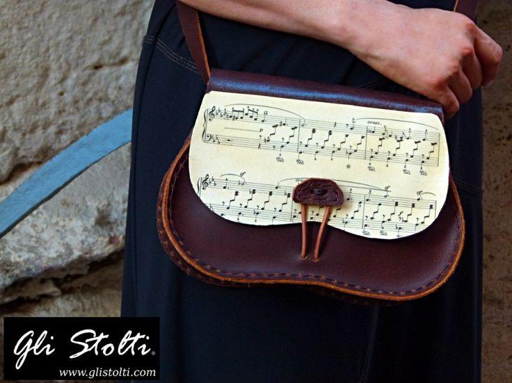 Borsa artigianale in cuoio lavorata e cucita a mano, decorata con Spartiti Musicali Vintage Originali. Vai al link per tutte le info: http://glistolti.shopmania.biz/compra/borsa-artigianale-in-cuoio-modello-scarsella-spartiti-musicali-466 Gli Stolti Original Design. HandMade in Italy. #glistolti #moda #artigianato #madeinitaly #design #stile #roma #rome #shopping #fashion #handmade #handicraft #handcrafted #style #borse #bags #leather #cuoio #musica #music #natale #christmas