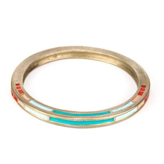 Bracelet jonc épais couleur or avec des accents de couleur minime