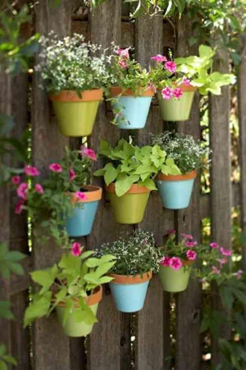 déco de jardin avec pots de fleurs suspendus